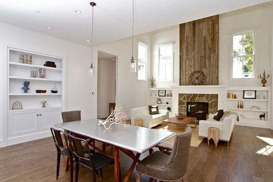 Modernes Wohn Esszimmer Mit Parkett, Weiß Gestrichenen Wänden Und  Einbauregalen, Kamin Mantel Aus