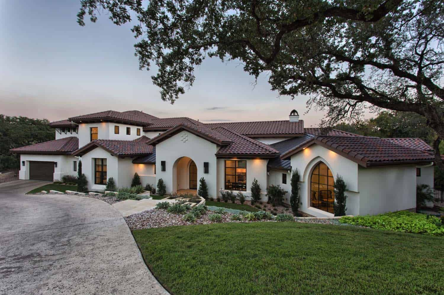 Fresh Modern Twist On Traditional Mediterranean Style Home In Texas Mediterranean Style Homes Mediterranean Homes Modern Mediterranean Homes