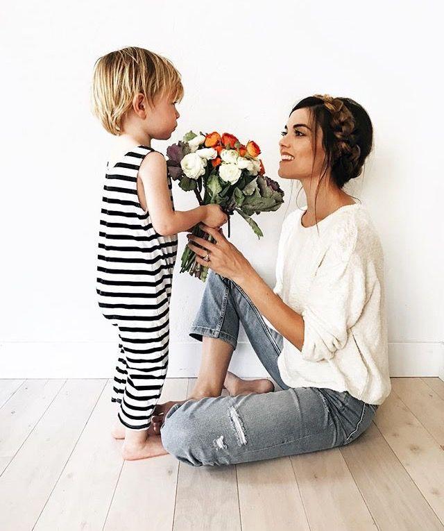 Resultado de imagem para holding flowers to mom