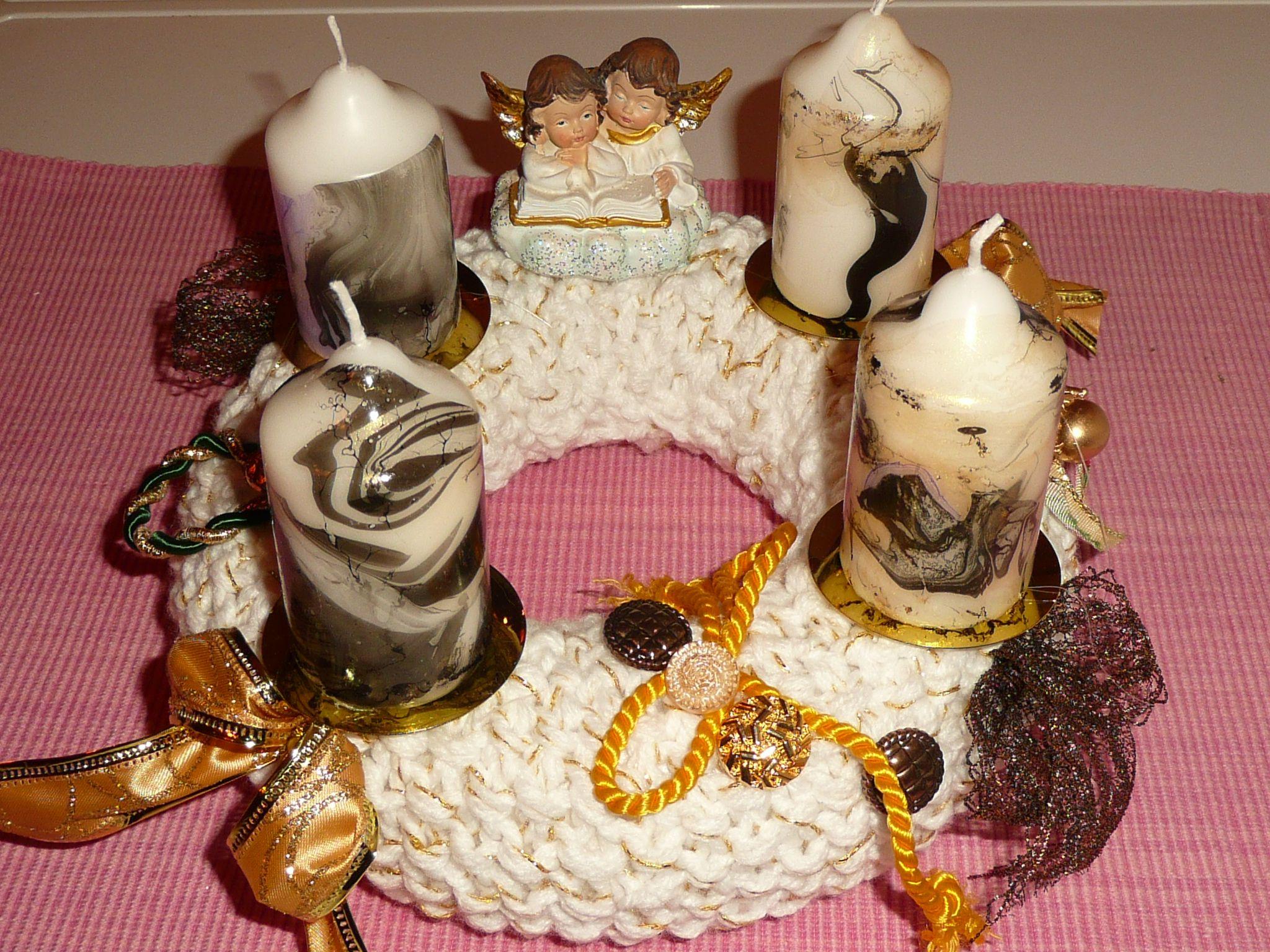 Adventkranz gestrickt mit selbst gefärbten Kerzen