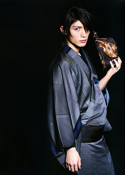 Traditional Japanese Men S Kimono Miura Haruma Check Out My Japanese Drama Board For More Great Pictures Of Miura Ha Kimono Japones Modelos Japoneses Kimono