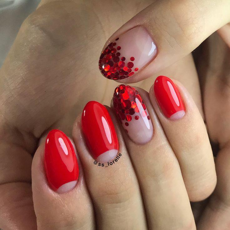 Маникюр в красном цвете с лунками