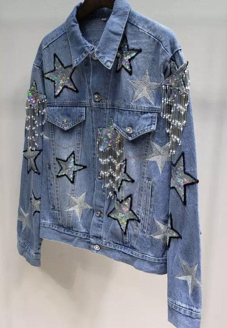 Bonita chaqueta vaquera customizada con estrellas bordadas y
