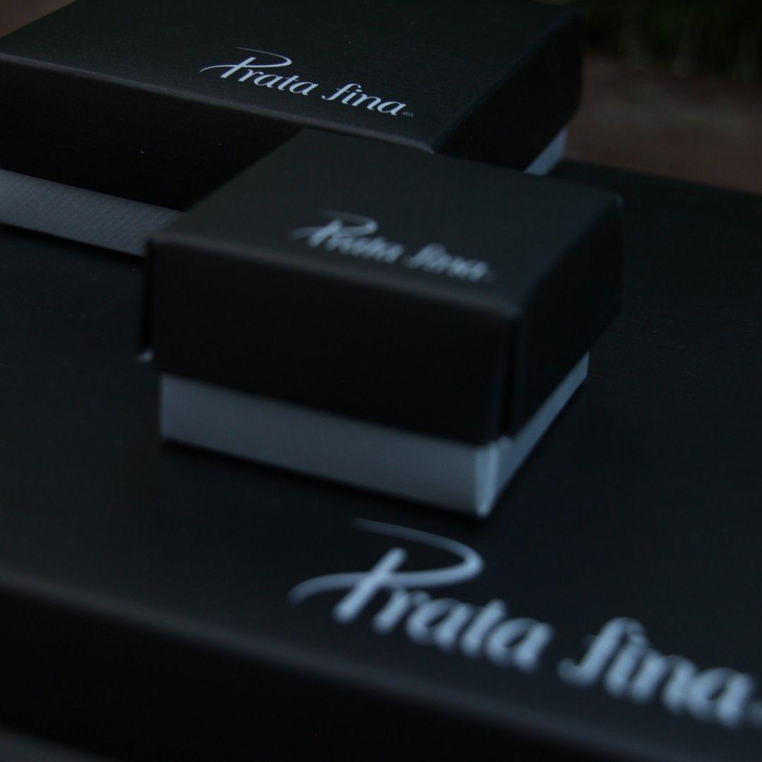 Nossas joias chegam até você embaladas com muito cuidado e carinho. Quem não ama receber uma caixinha dessas?❤️