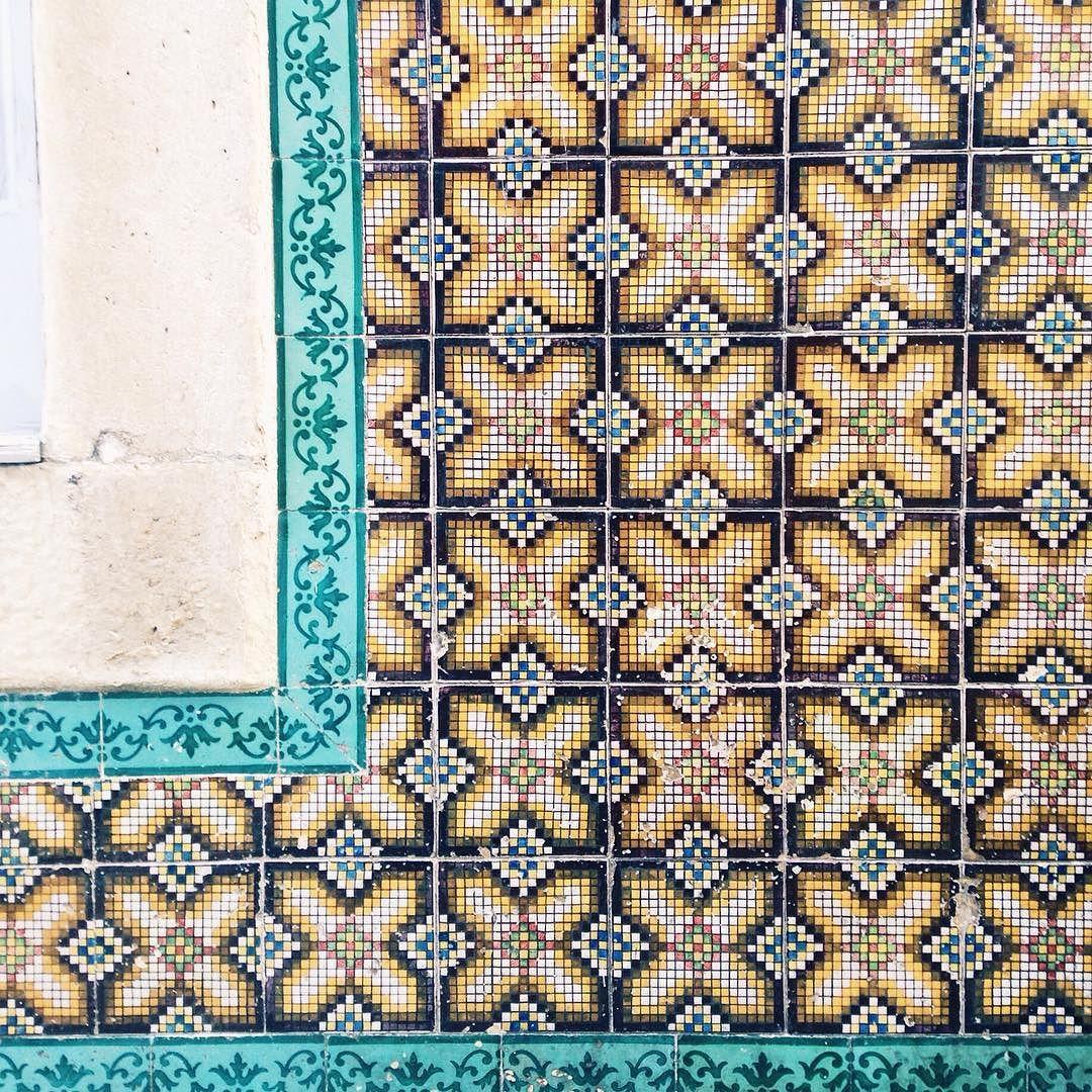 Rua do Machadinho Lisboa. #lisboa #igerslisboa #igersportugal #portugaldenorteasul #portugalcomefeitos #azulejos #tiles #tileaddiction #vscocam #vsco #vsco_portugal by o_beijaflor
