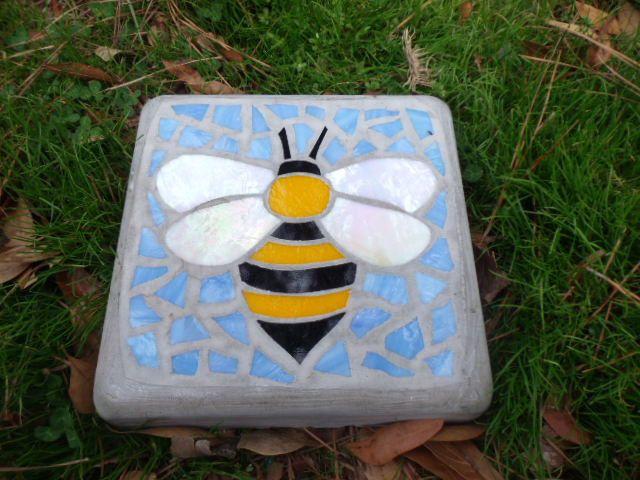 Marcher BumbleBee Pierre noir et jaune – verre teinté à la main et le béton décoratif jardin Pierre – 8″ carré