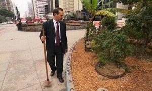 Advogado cuida de horta comunitária em praça na Avenida Paulista