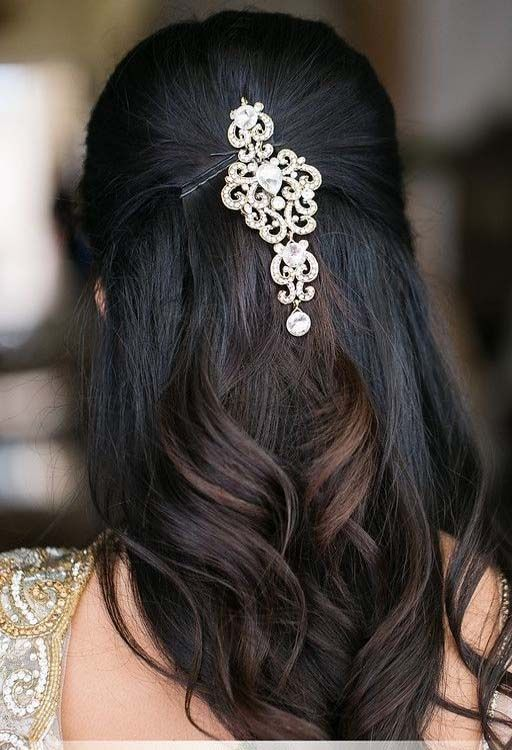 Loose Wavy Hairdo With A Simple Indian Wedding Hairstyles Medium Hair Styles Indian Hairstyles