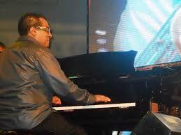 Danilo Pérez es un excepcional pianista panameño. Su estilo refinado es reconocido por músicos excepcionales como Winton Marsalis, Michael Brecker, Tito Puente y Jack DeJohnette. Escuchen su interpretación de Overjoyed: https://www.youtube.com/watch?v=0ZRzHwR7qg8