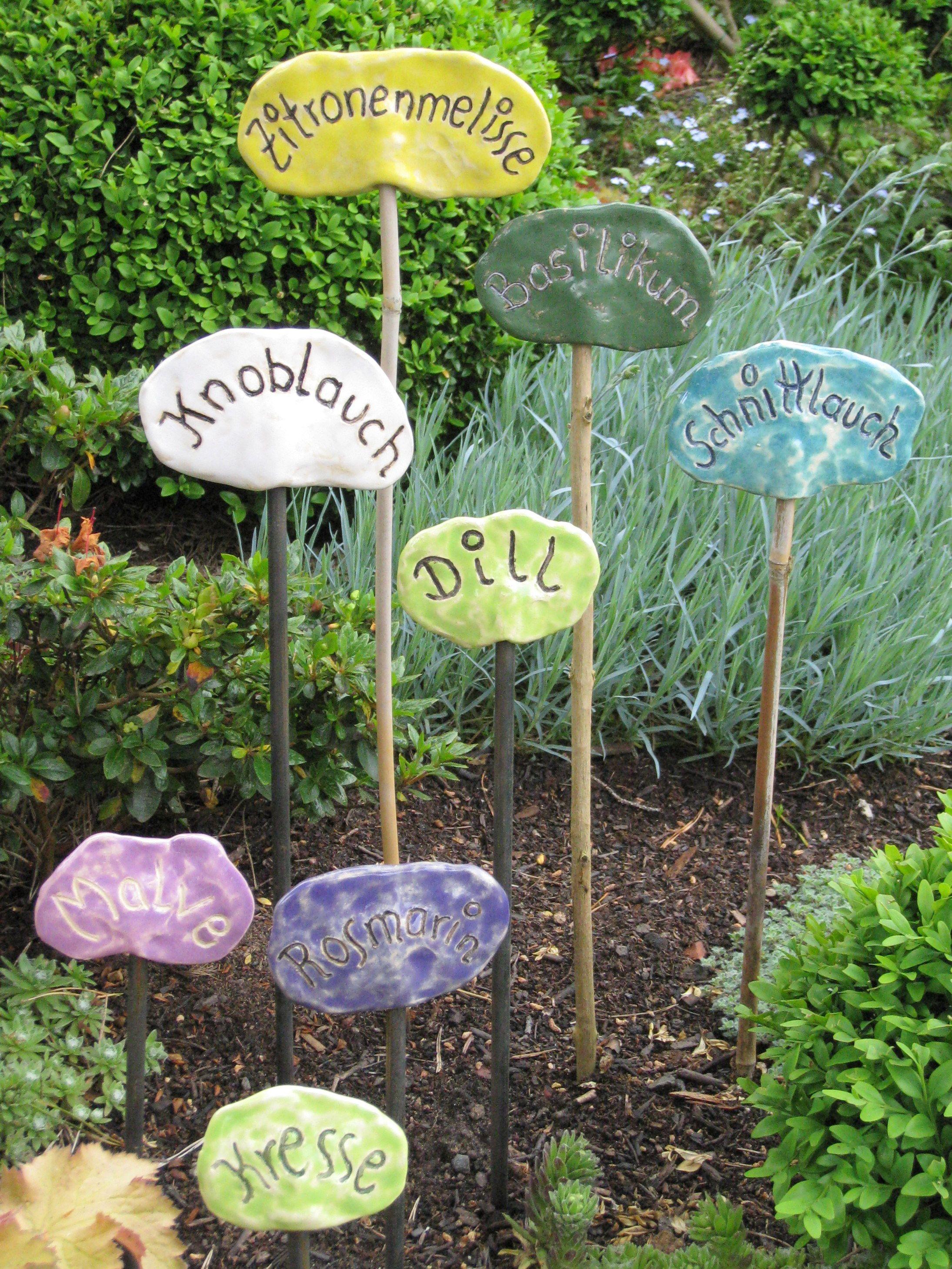bunte Kräuterstecker aus Keramik - sie sehen toll aus im Kräuterbeet oder einer Kräuterspirale #kräutergartenpalette