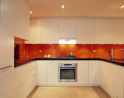 Cocina naranja blanco y encimera de granito negro for Cocinas en blanco y negro