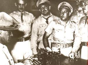 El coronel Alberto del Río Chaviano y el coronel Ugalde Carrillo, de derecha a izquierda, junto a otros miembros del SIM. El teniente Rico escribe en la máquina