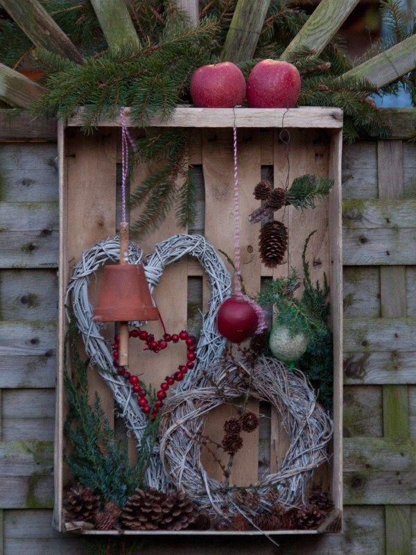 Futterstation Für Vögel In Alter Obstkiste
