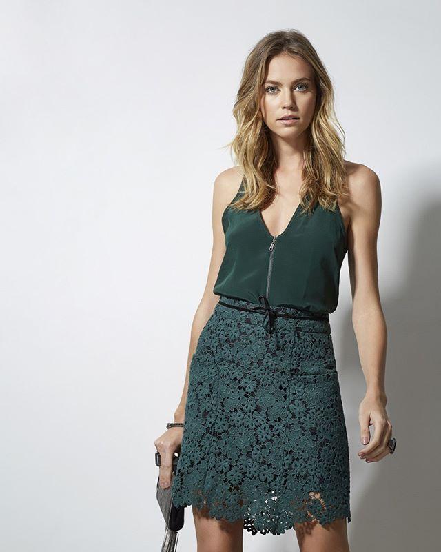 Tudo verde: #saia de renda + #top de seda com detalhe em zíper! #animalebrasil…