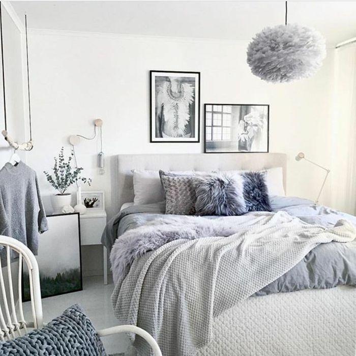 chambre adulte moderne, lit gris, chaise blanche, plafonnier gris