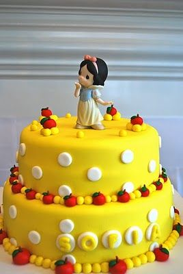 I'm in <3 with this Snow White cake!