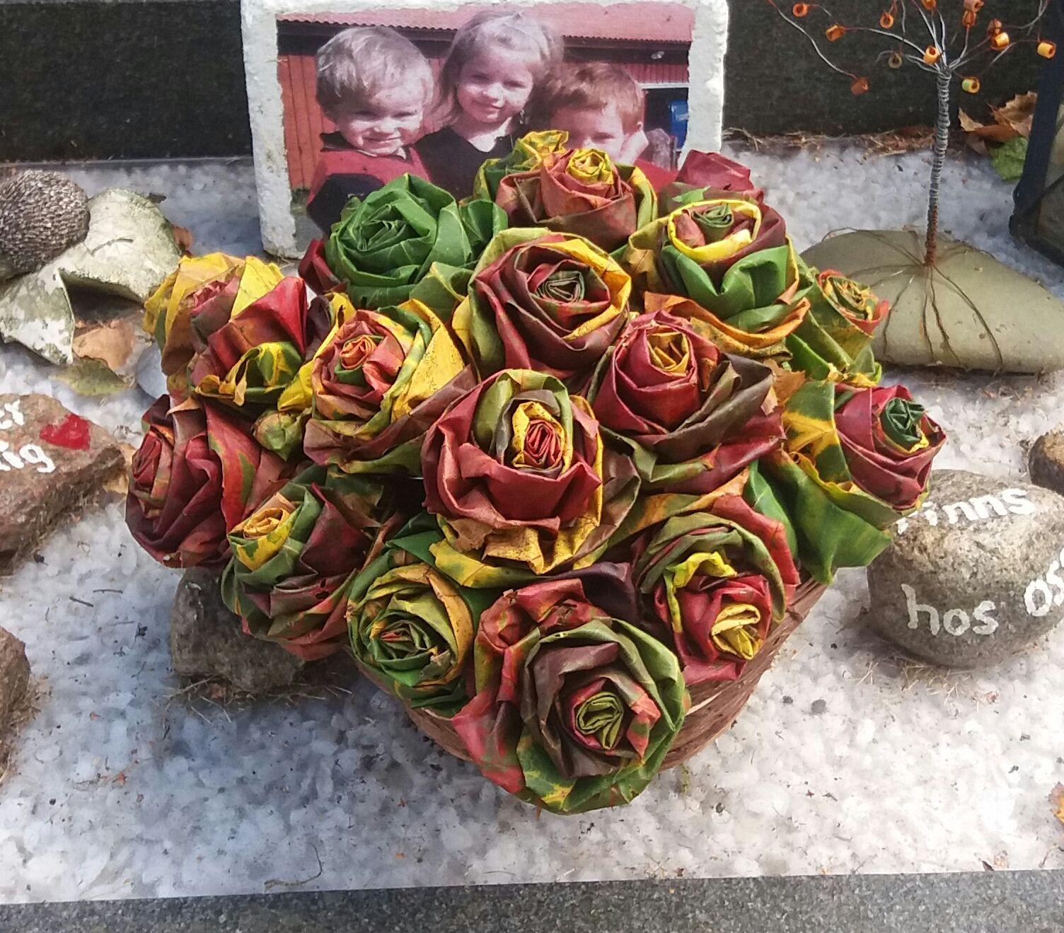 I år var jag ute i god tid för att plocka lönnlöv och göra rosor. Så roliga o enkla att göra och det blir såå fint! Här är en länk till e...