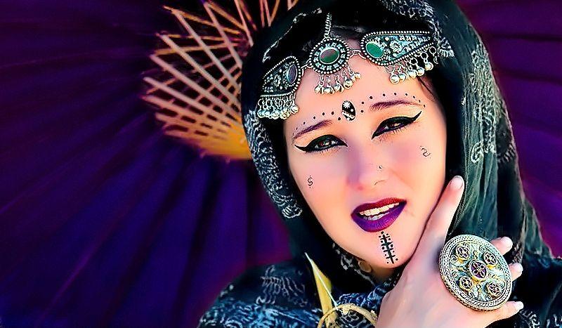 Русская веб девушка модель с фиолетовыми волосами фото дизайнеров одежды