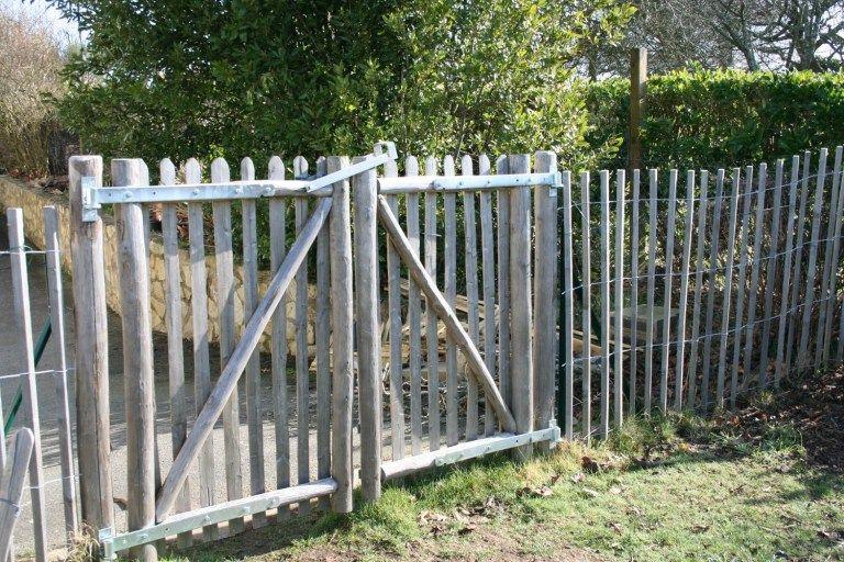 Comment Trouver Des Idees De Clotures Par Trop Cheres Pour Le Jardin Cloture Jardin Idees De Cloture Cloture Jardin Pas Cher
