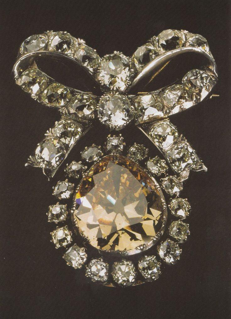 d8mart.com alfinete - séc.XVIII.Ouro, prata, diamantes. Brilhante central amarelo torrado (31,93 quilates)