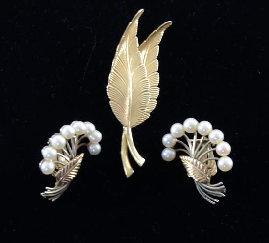 1940's Tiffany & Co. leaf brooch in 14ct gold, 7.5grams, and pearl set earrings with leaf design unmarked tests as 14 ct gold 10.58 grams  Estimate £ 200-300 #vintage #tiffanyco #vintagetiffany #pearl #brooch