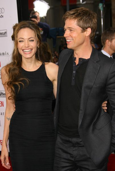 It S Official Brad Pitt And Angelina Jolie Have Got Married Brad Pitt And Angelina Jolie Angelina Jolie Photos Brad And Angelina