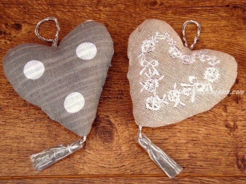 Colgador puerta corazón modelo LEONIE en tejido 100 % Algodón en colores lino, gris y blanco (18 x 10 cm. aproximadamente). Confeccionado a mano. Hay 2 modelos para elegir.