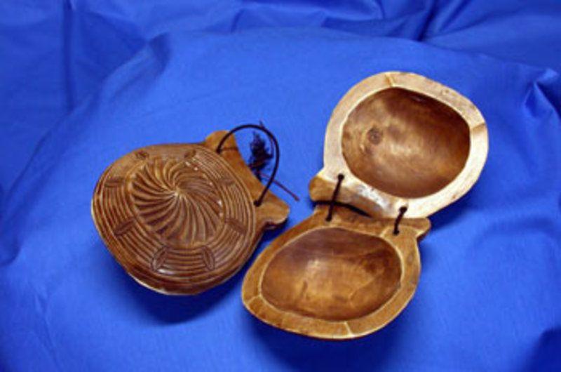 Castañuelas.Instrumento musical de percusión, de madera, conocido por los fenicios hace tres mil años