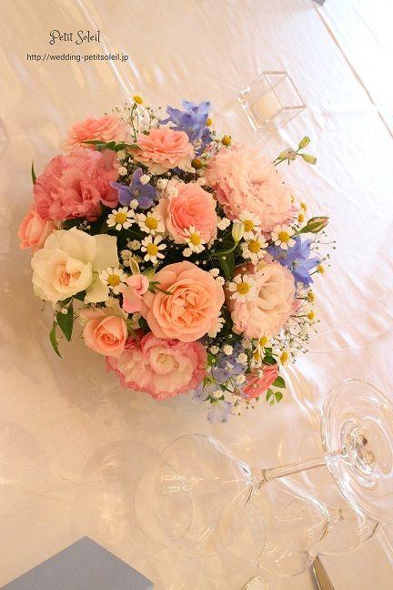 ヴィラデマリアージュ太田さまでのゲストテーブル装花です。ピンクの花に水色がアクセ.