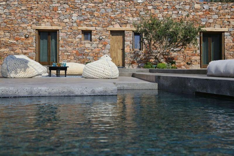 Haus Mit Steinfassade haus mit weißer und stein fassade die terrasse mit sitzsäcken