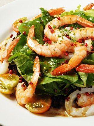 Salada com camarões
