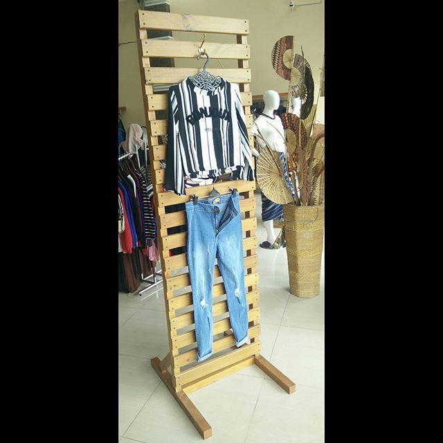 Display Baju Tinggi Kayu Yang Digunakan Masih Dengan