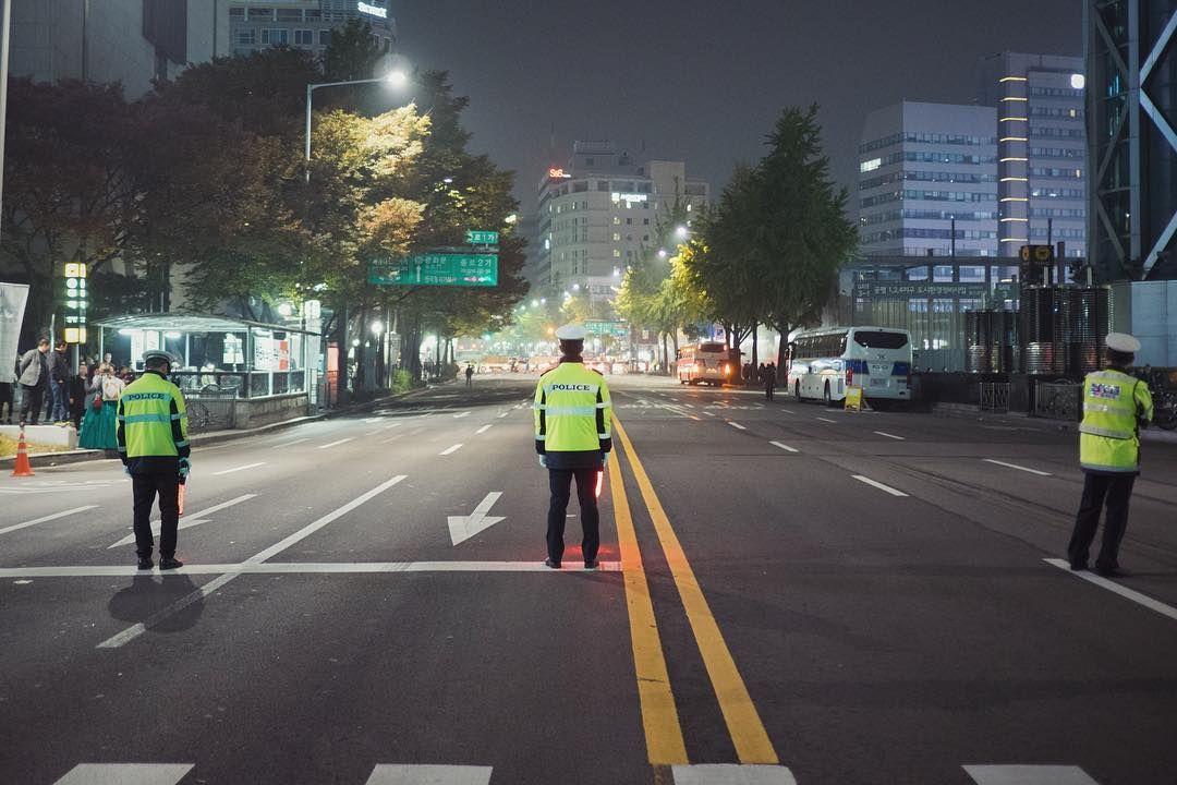 경찰들은 무슨 생각을 하고 있을까 시민 안전을 위해 도로를 통제하고 있는 경찰 매주 토요일 대규모 행진이 진행된다 아마 그녀가 물러날 때까지 계속되겠지 수많은 인파가 거리로 쏟아져 나오고 시민의 안전과 시민의 통