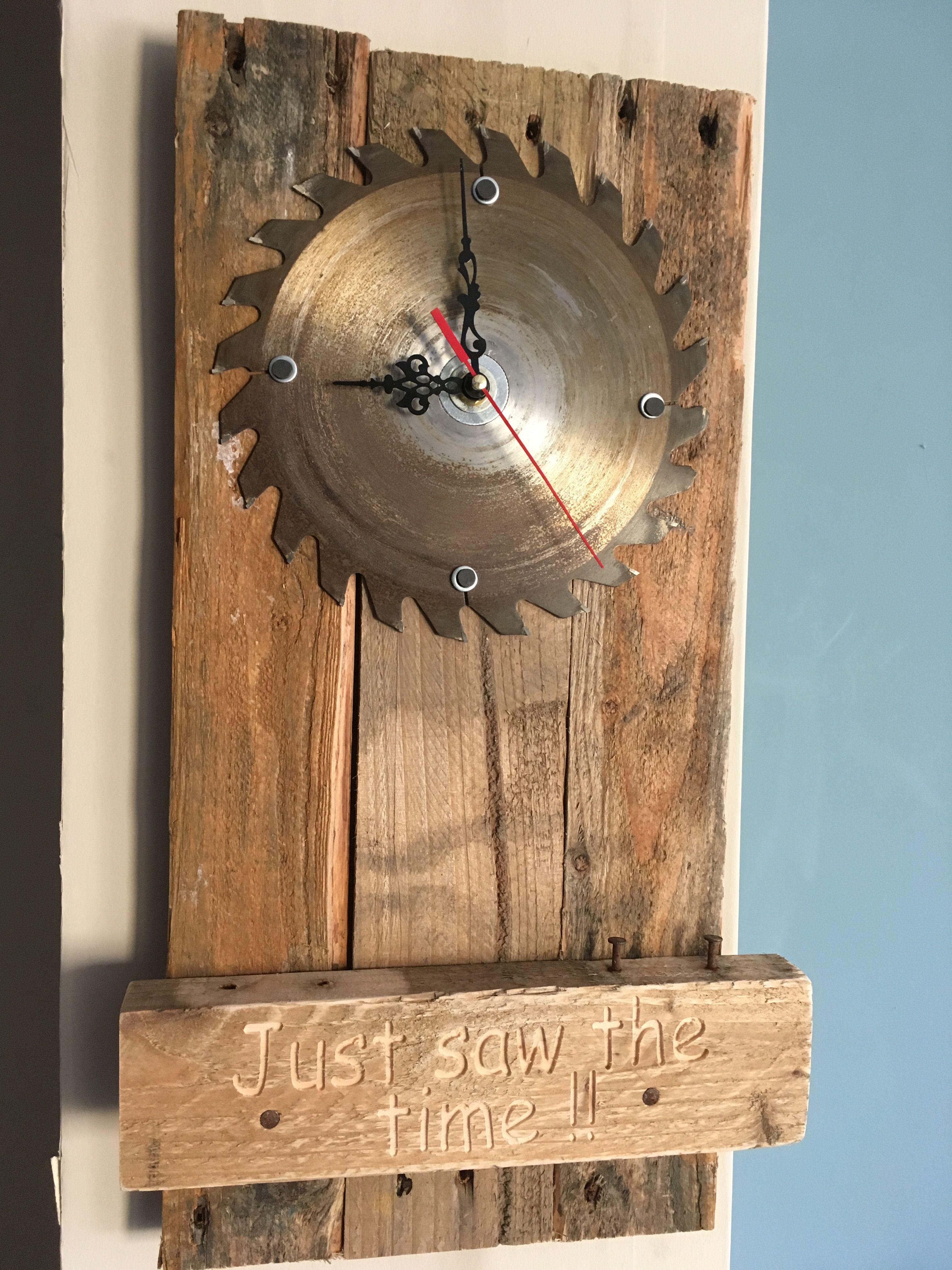 Holzuhr Selber Bauen Circular Saw Blade As A Pallet Wood Wall Clock With The Words