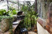 Einfache Lösung für einen langen schmalen Balkon. Eine schmale Bank am Geländer für #narrowbalcony