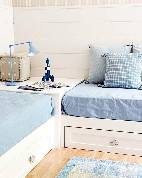 Dormitorio con dos camas colocadas en l camas - Habitaciones dos camas ...