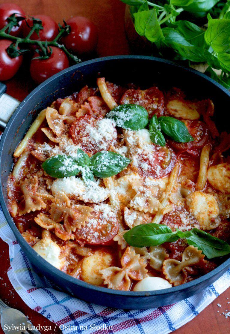 Makaron Z Patelni A La Caprese Z Mozzarella I Pomidorami Kuchnia Wloska Cuisine Caprese Healthy Recipes
