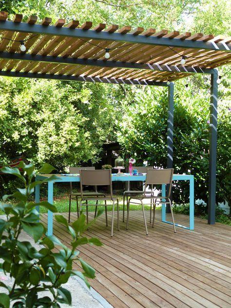 Pergola métal, terrasse bois et table de jardin design. #Überdachungterrasse