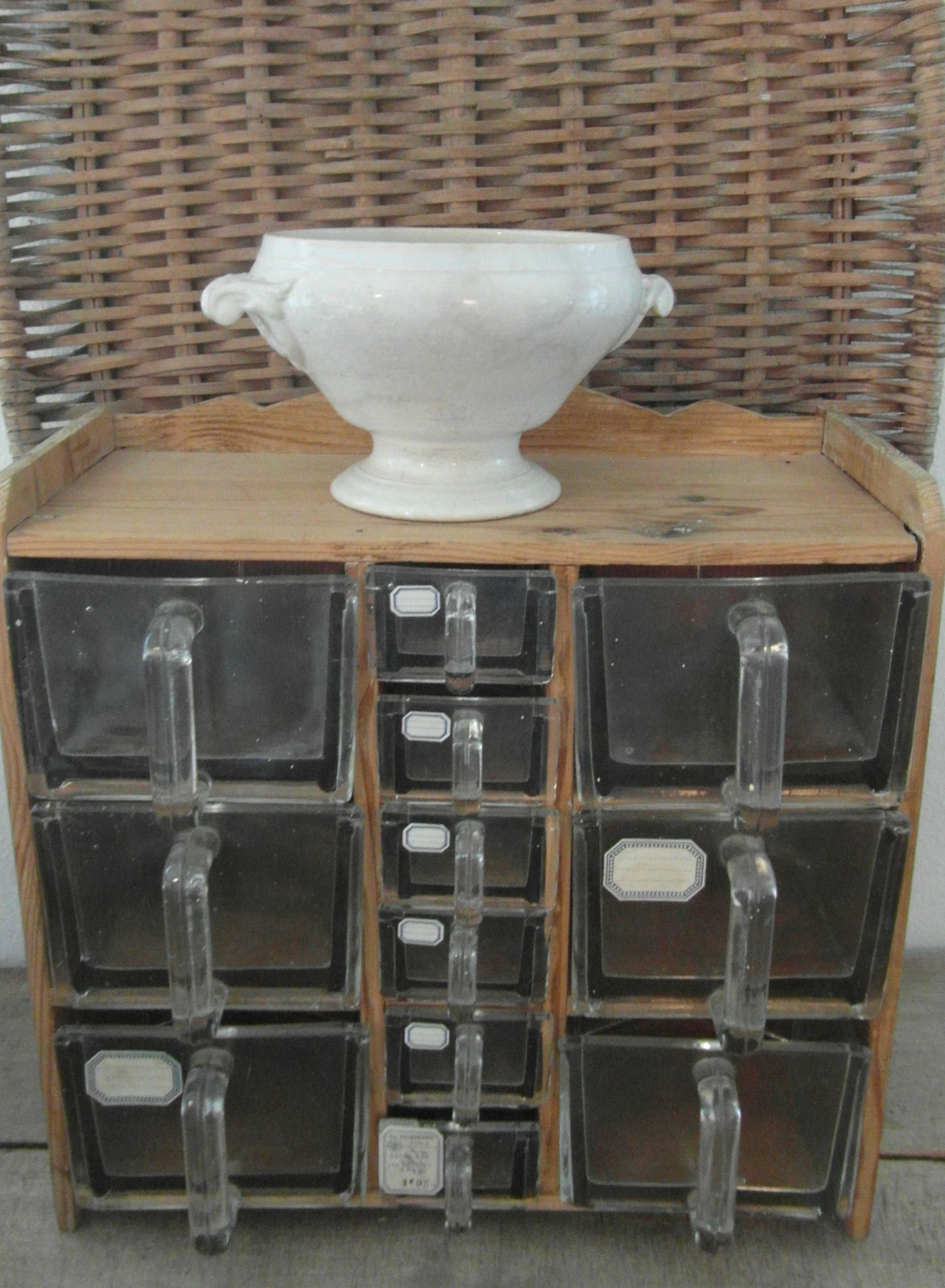 Meuble tiroirs verre au hasard balthazar terrarium - Vide sanitaire meuble cuisine ...