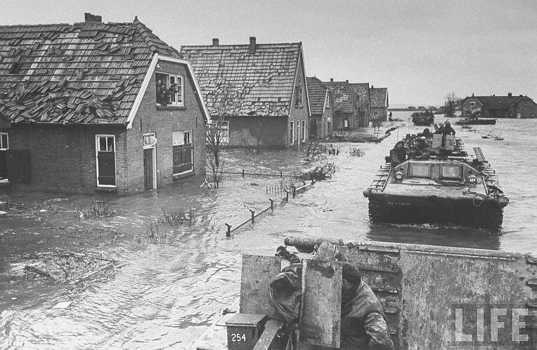 Tanks rijden door een ondergelopen straat