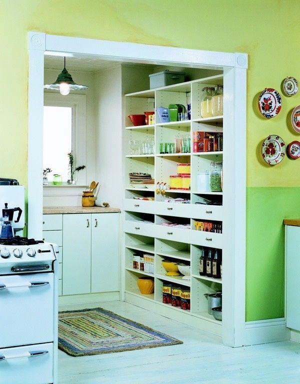 Diese Speisekammer ist bequem direkt in die Küche integriert, die ...