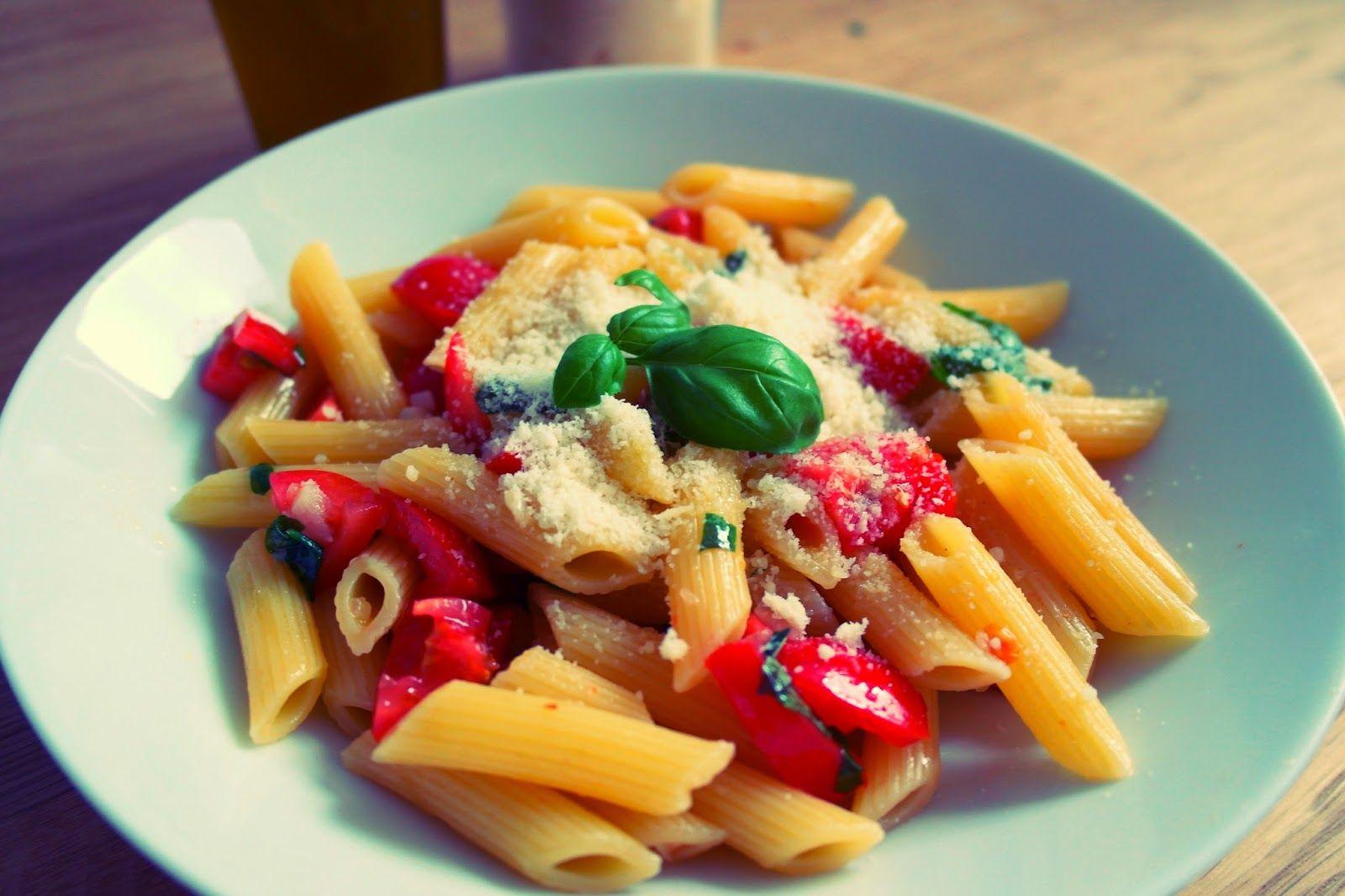 Sommernudeln, einfach, schnell, lecker mit frischen Tomaten, Olivenöl, Knoblauch und Basilikum- schmecken nach Italien und nach Sommer.