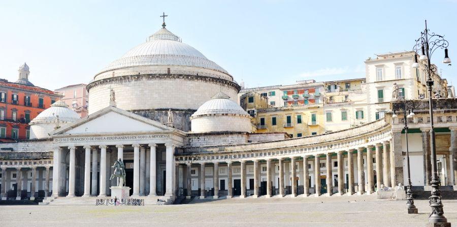 La Basílica de San Francisco de Paula es una de las iglesias más conocidas de #Napoles http://www.viajararoma.com/ciudades-para-visitar-cercanas-a-roma/napoles/ #turismo #viajar #Italia