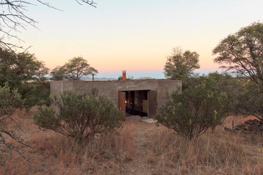 Off Grid Bunker Like Vacation Retreat Hides A Surprisingly Chic Interior Desert Homes Off Grid House Modern Desert