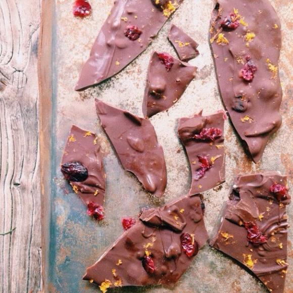 Chocolate com pedaços de frutos vermelhos, raspa de laranja e amêndoas laminadas