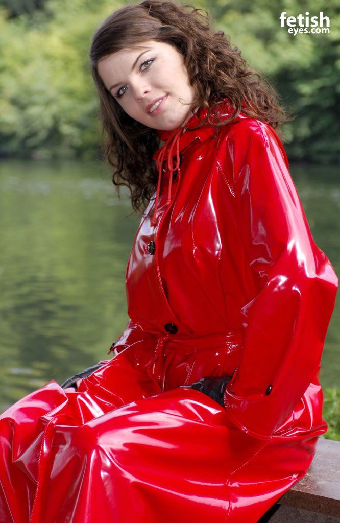 Ein leuchtend roter Regenmantel macht sexy   raincoat   Pinterest ... 668bc30d51