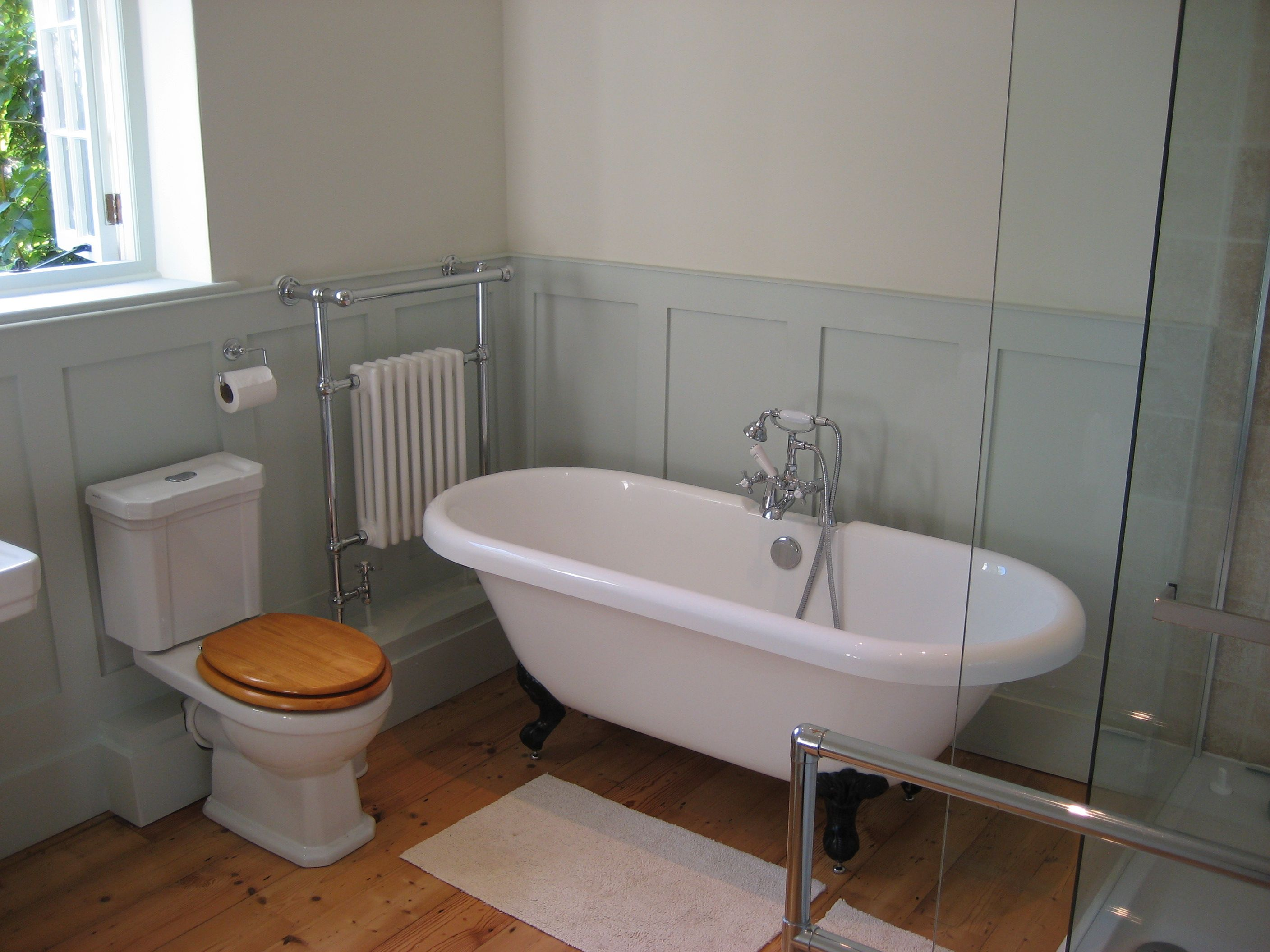 Freestanding Bath With Shower Curtain