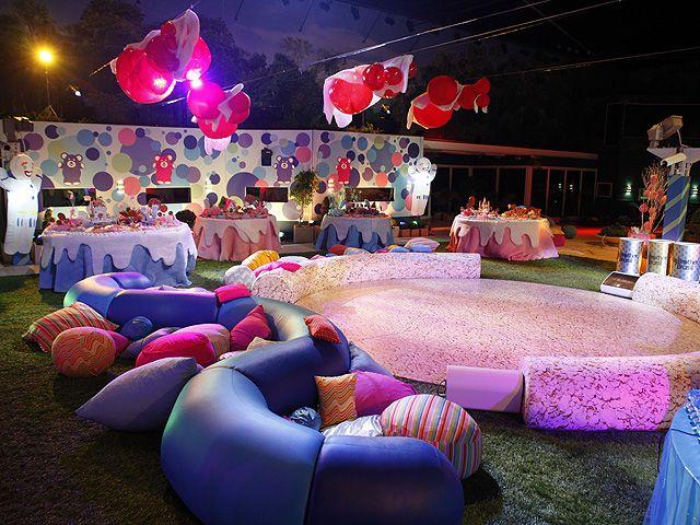 A pista de dança da Festa Amarelinha: cercada por pufes e mesas de doces