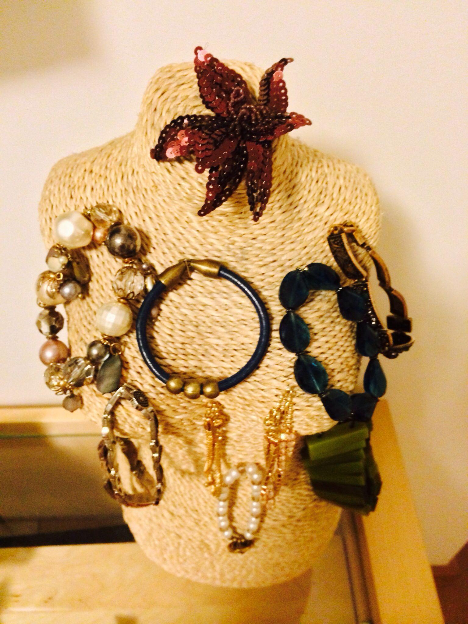 Usei o busto para organizar as pulseiras. Utilizei alfinetes