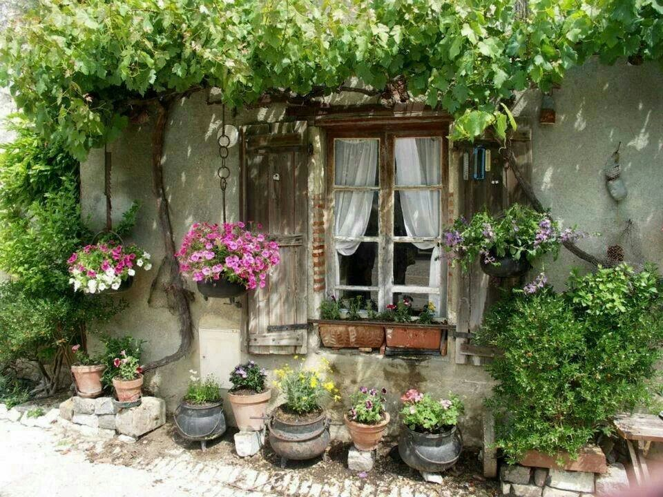 Cottage garden for a small courtyard garden shed for Small french courtyard gardens